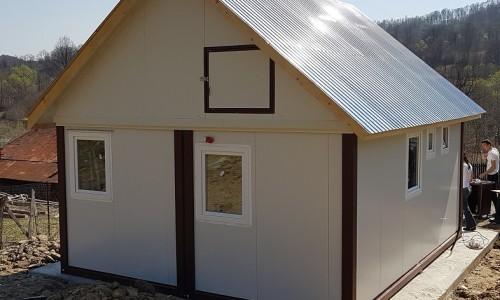 Casa din doua containere cu acoperis suplimentar